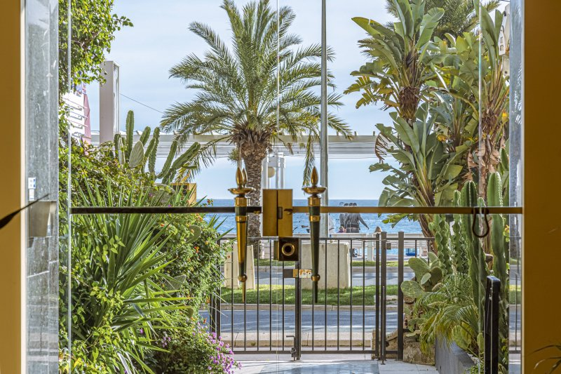 SQUARE ROYAL · Apartment with terrasse - A/C - Direct access sea